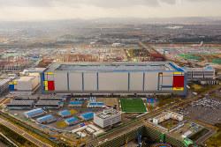 韓国サムスン電子がソウル近郊の平沢(ピョンテク)市に建設したメモリー工場。世界最大級の半導体生産拠点だ(Bloomberg)