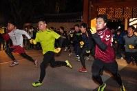 開門と同時に駆け出す参加者たち。左端が「一番福」の山本優希さん=兵庫県西宮市の西宮神社で2019年1月10日午前6時、山崎一輝撮影