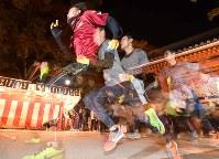 開門と同時に駆け出す参加者たち=兵庫県西宮市の西宮神社で2019年1月10日午前6時、山崎一輝撮影