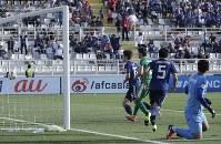 アジア杯【日本・トルクメニスタン】後半、2点目のゴールを決める日本FW大迫=UAEのアブダビで2019年1月9日、AP