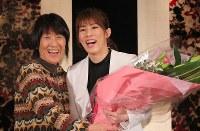 母・幸代さん(左)から花束を贈られ笑顔を見せるレスリング女子の吉田沙保里さん=東京都内のホテルで2019年1月10日午後2時45分、長谷川直亮撮影