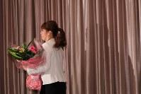 現役引退の記者会見を終え退席するレスリング女子の吉田沙保里さん=東京都内のホテルで2019年1月10日午後2時46分、長谷川直亮撮影