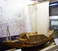 栄力丸15分の1の復元模型(兵庫県播磨町郷土資料館蔵)。全長は約29メートルあった=同館で、小林一彦撮影