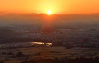 嵯峨山上陵へと続く石段を上ると、東の空に朝日が望めた=京都市右京区で、川平愛撮影