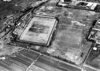 半世紀以上前の花園ラグビー場。スタンドも小さく、グラウンドの数も少ない=1964年12月28日撮影