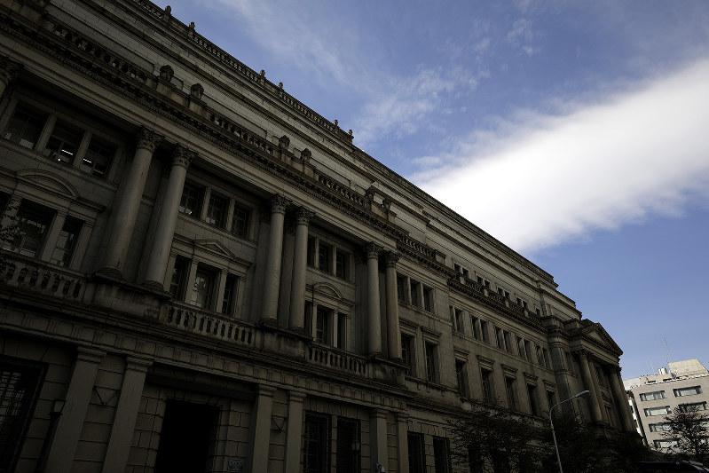 日銀の金融政策にも、長期的視点に立った戦略が求められる(Bloomberg)