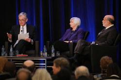 学会シンポジウムに登壇した米連邦準備制度理事会(FRB)のパウエル現議長(左)と、イエレン前議長(中)、バーナンキ前々議長(右)=米アトランタ(Bloomberg)