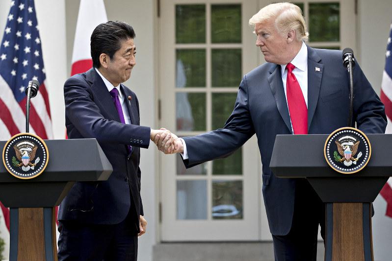 トランプ米大統領に過剰同調する安倍晋三首相(Bloomberg)