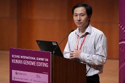 ゲノム編集ベビーを誕生させたと主張する中国・南方科技大学の賀建奎准教授(2018年11月28日、香港)(Bloomberg)