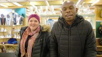 アフリカの服やクラフトを売る店が150店も並ぶ「ウォーターシェッド」でエスワティニ(旧スワジランド)の手作り品を売っていた黒人と白人のコンビ(写真は筆者撮影)
