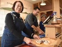 手作りのタルトを手に「私自身も喫茶店のママを楽しんでいます」と話す橋本由利子さん(手前)=福島県二本松市油井の喫茶店「OBRI」で