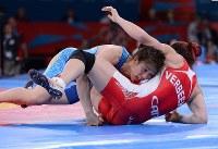 Saori Yoshida scores a point against Tonya Verbeek, of Canada, in the 55-kilogram division women's wrestling final at the London Olympics, on Aug. 9, 2012. (Mainichi/Masaru Nishimoto)