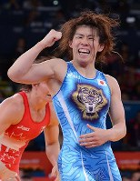 Saori Yoshida pumps her fist after winning her third consecutive Olympic gold in the 55-kilogram division in women's wrestling, at the London Olympics on Aug. 9, 2012. (Mainichi/Masaru Nishimoto)