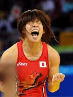 Saori Yoshida shouts after clinching her second consecutive Olympic gold medal with a victory over Xu Li, of China, in the women's wrestling 55-kilogram division final at the Beijing Olympics, on Aug. 16, 2008. (Mainichi/Tomohisa Yazu)