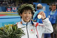 Saori Yoshida shows her first Olympic gold medal in the 55-kilogram division in women's wrestling at the Athens Olympics in 2004. (Mainichi/Akihiro Ogomori)