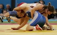 Saori Yoshida tackles Tonya Verbeek, of Canada, during the women's wrestling 55-kilogram division final at the Athens Olympics in 2004. (Mainichi/Akihiro Ogomori)