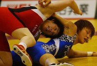 Saori Yoshida, left, attacks Seiko Yamamoto at the Japan Queens Cup wrestling tournament at Komazawa Gymnasium in Tokyo in 2004. (Mainichi/Masahiro Kawata)