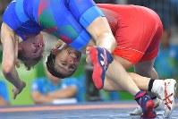 Saori Yoshida takes down Natalya Sinishin, of Azerbaijan, during a second round women's wrestling 53-kilogram division match at the Rio de Janeiro Olympics, on Aug. 18, 2016. (Mainichi/Daisuke Wada)