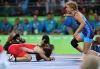 Saori Yoshida crouches down on the mat after being defeated by Helen Louise Maroulis, of the United States, in the women's wrestling 53-kilogram division final at the Rio de Janeiro Olympics, on Aug. 18, 2016. (Mainichi/Masahiro Ogawa)