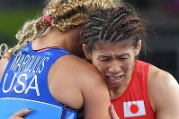 Saori Yoshida and Helen Louise Maroulis, of the United States, embrace after Yoshida was defeated by Maroulis in the women's wrestling 53-kilogram division final at the Rio de Janeiro Olympics, on Aug. 18, 2016. (Mainichi/Daisuke Wada)