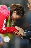 Saori Yoshida cries as she receives her silver medal in the women's wrestling 53-kilogram division following her defeat to Helen Louise Maroulis in the final, at the Rio de Janeiro Olympics on Aug. 18, 2016. (Mainichi/Masahiro Ogawa)