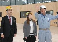 Wrestler Saori Yoshida, center, listens to an explanation of the facilities at the