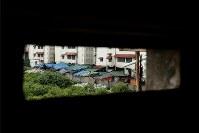 2012年1月3日の土地強制収奪後、約380家族が暮らすバラック(中央)=プノンペンで2015年9月25日、フォトジャーナリストの高橋智史さん撮影