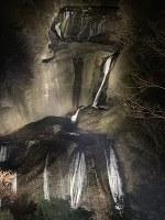 ライトアップされ、暗闇に浮かび上がる袋田の滝=大子町袋田で2018年11月20日午後5時37分、佐藤則夫撮影