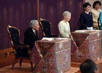「講書始の儀」で小松和彦・国際日本文化研究センター所長の講義を受けられる天皇、皇后両陛下 =2019年1月11日午前10時41分、皇居・宮殿「松の間」(代表撮影)=皇居・宮殿「松の間」で(代表撮影)