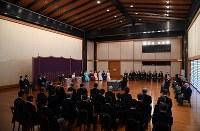 「講書始の儀」で本庶佑・京都大特別教授の講義を受けられる天皇、皇后両陛下と皇族方 =皇居・宮殿「松の間」で2019年1月11日午前11時21分(代表撮影)