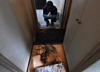 ジーンズの跡が残る、男性が孤独死した部屋の玄関。「助けを求めてなのか、玄関付近で遺体が発見されることが多い」とクリーンメイトの酒巻孝行さんは話した=京都市上京区で2018年11月15日、山崎一輝撮影