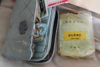 孤独死した男性の部屋に置かれた障害者手帳=京都市上京区で2018年11月15日、山崎一輝撮影