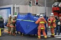 騒然とする火災があったビルの周辺=東京都港区で2019年1月11日午後3時4分、竹内紀臣撮影