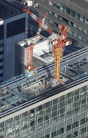 火災があった建設中の高層ビル=東京都港区で2019年1月11日午後2時39分、本社ヘリから