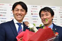 元チームメートの山口素弘さん(右)から花束を贈られた楢崎正剛選手=名古屋市西区で2019年1月11日、大西岳彦撮影