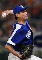 【野球】岩瀬仁紀(中日)/歴代最多の406セーブを記録。左の救援投手として1年目から65試合に登板するなど新人から15年連続で50試合以上に投げた=東京ドームで2017年8月6日、竹内紀臣撮影