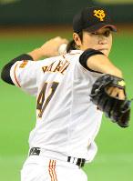 【野球】山口鉄也(巨人)/08年に育成選手出身で初の新人王に。08~16年にはプロ野球記録の9年連続60試合以上登板を果たし、最優秀中継ぎ投手にも3度輝いた=東京ドームで2010年4月10日、津村豊和撮影