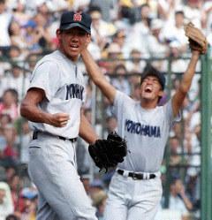 1998年8月、夏の甲子園決勝で最後の打者を三振に打ち取り、無安打無得点試合を達成してニッコリする横浜・松坂大輔投手(左)。春夏連覇は史上5校目だった=阪神甲子園球場で22日、北村隆夫撮影