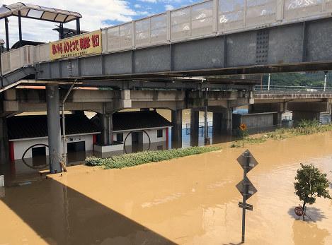 2019年7月8日の吉備真備駅周辺の様子。高架下の機器室(右奥)は一時、屋根の上まで水につかった=井原鉄道提供