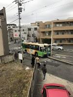 事故を起こした都バス=東京都北区で1月12日午前9時半ごろ(写真家の篠塚香織さん提供)