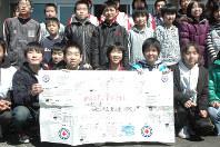 和歌山市の小学生からの寄せ書きを受け取った大沢小の児童ら=岩手県山田町の大沢小で2011年3月28日、岸本桂司撮影