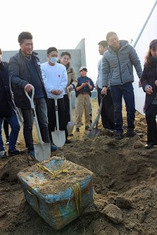 8年前に埋めたタイムカプセルを発見した大沢小卒の新成人=岩手県山田町の大沢小で2019年1月12日午後、篠口純子撮影