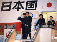 欧州訪問から帰国し、政府専用機を降りる安倍晋三首相と昭恵夫人=羽田空港で2019年1月11日午後5時43分、手塚耕一郎撮影