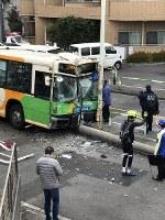 事故を起こした都営バス=写真家の篠塚香織さん提供