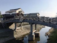 木造の安居橋に蔵がよく似合う=京都府八幡市で、松井宏員撮影