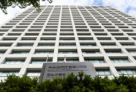 The Central Government Building No. 5 in Tokyo's Chiyoda Ward that houses the Health, Labor and Welfare Ministry is seen in this file photo taken on Oct. 14, 2015. (Mainichi/Kimi Takeuchi)