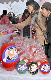 「双葉ダルマ市」でダルマを買い求める町民ら=福島県いわき市勿来町酒井の「勿来酒井団地」で2019年1月12日、乾達撮影