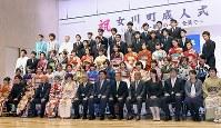 成人式で恩師らと記念撮影をする新成人たち=宮城県女川町で2019年1月13日午後2時37分、藤井達也撮影