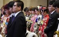 成人式の冒頭、東日本大震災で亡くなった人へ黙とうする新成人たち=宮城県女川町で2019年1月13日午後1時31分、藤井達也撮影