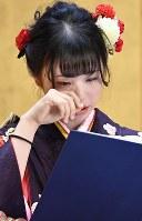 成人式で祖母との思い出を交えて「誓いの言葉」を発表する新成人=宮城県女川町で2019年1月13日午後2時15分、藤井達也撮影